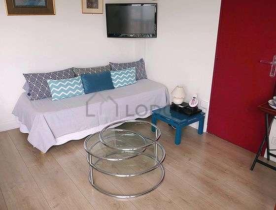Salon lumineux équipé de ventilateur, 1 fauteuil(s), 1 chaise(s)