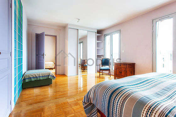 Large bedroom of 23m² with woodenfloor