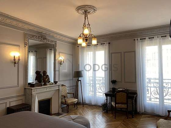 Large bedroom of 26m² with woodenfloor