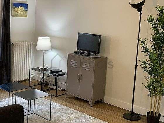 Salon de 9m² avec du parquetau sol