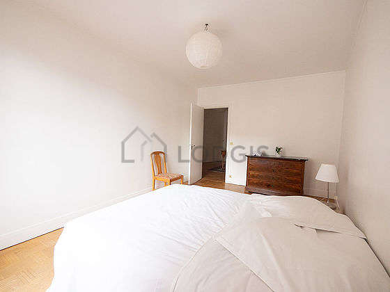 Very bright bedroom equipped with storage space, 1 chair(s)
