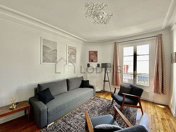 Large living room of 25m² with woodenfloor