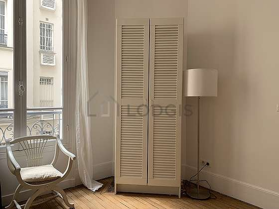 Bright bedroom equipped with closet, 1 chair(s)