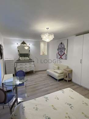 Living room furnished with 1 bed(s) of 140cm, tv, closet, storage space