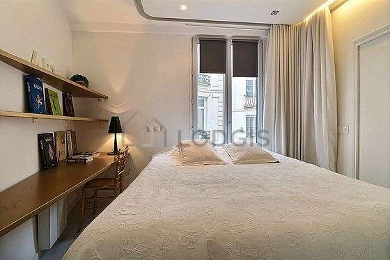Very bright bedroom equipped with desk, wardrobe