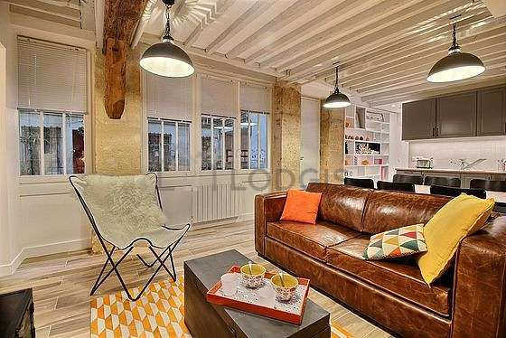 Large living room of 20m² with woodenfloor