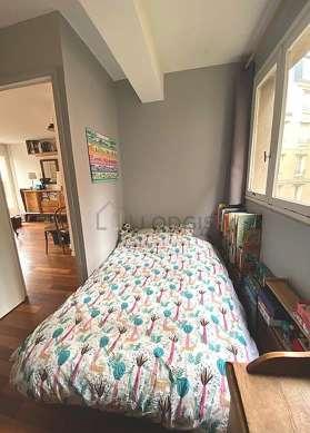 Chambre lumineuse équipée de canapé, 1 chaise(s)