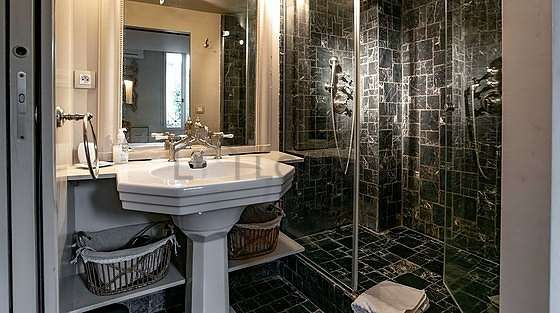 Pleasant and very bright bathroom with marblefloor