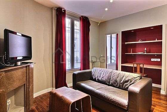 Séjour très calme équipé de télé, placard, 3 chaise(s)