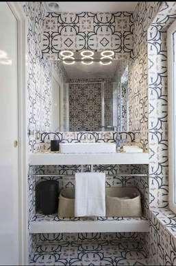 Agréable salle de bain claire avec fenêtres