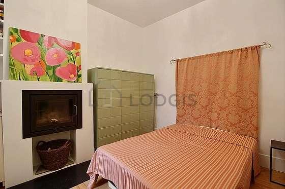 Chambre lumineuse équipée de bureau, commode, placard, 1 chaise(s)