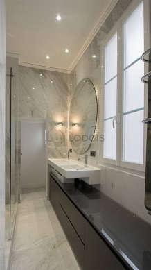 Agréable salle de bain claire avec fenêtres et du marbreau sol