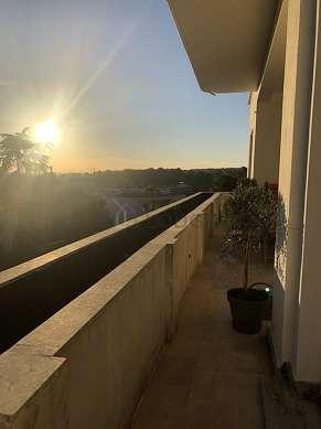 Grande terrasse très calme et très lumineuse avec du carrelageau sol