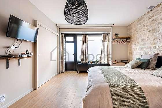 Grand salon de 22m² avec du carrelageau sol