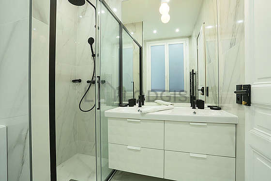 Pleasant and very bright bathroom with tilefloor