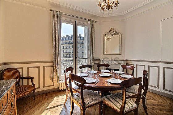 Salle à manger équipée de table à manger, commode, buffet, cheminée