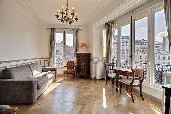 Séjour très calme équipé de 1 canapé(s) lit(s) de 140cm, télé, 1 fauteuil(s), 1 chaise(s)