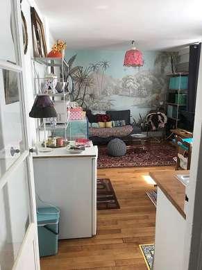 Séjour équipé de 1 canapé(s) lit(s) de 140cm, télé, 1 fauteuil(s), 1 chaise(s)
