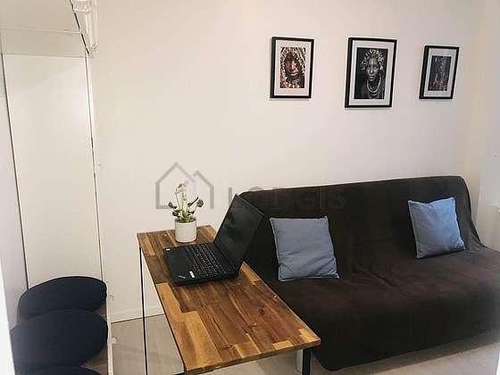 Séjour équipé de 1 canapé(s) lit(s) de 140cm, télé, penderie, 1 chaise(s)
