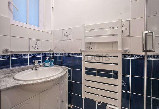 Salle de bain avec fenêtres double vitrage
