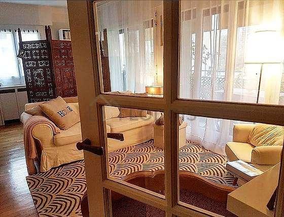 Séjour équipé de 1 canapé(s) lit(s) de 120cm, télé, 1 fauteuil(s), 1 chaise(s)
