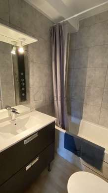 Pleasant and very bright bathroom with woodenfloor