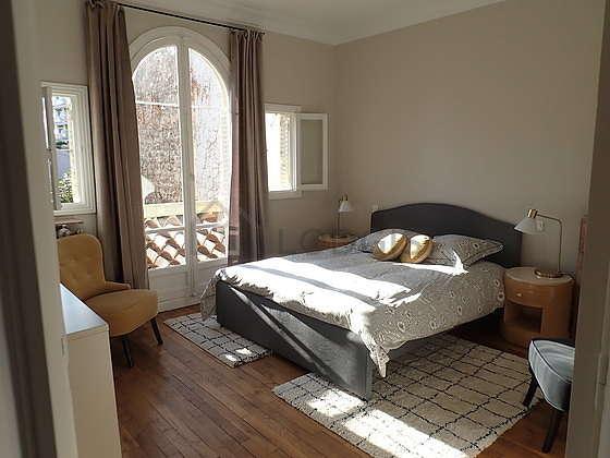 Bedroom of 18m² with woodenfloor