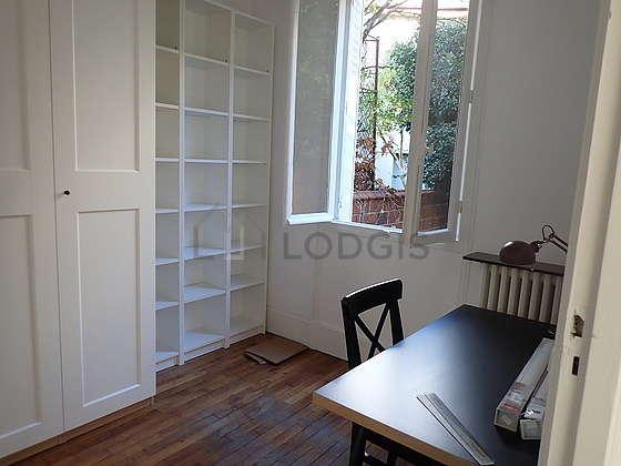 Bureau muni des fenêtres