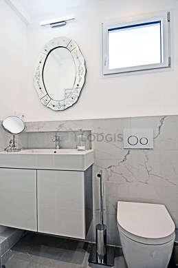 Agréable salle de bain très claire avec fenêtres double vitrage et du marbreau sol