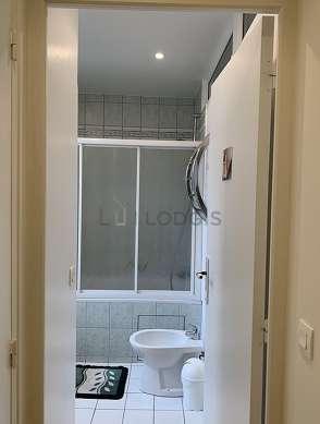 Salle de bain avec fenêtres double vitrage et du carrelageau sol