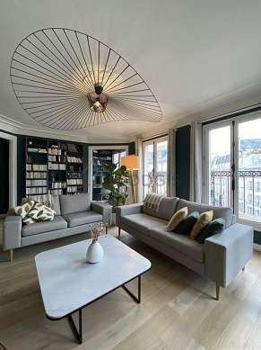 Grand salon de 35m² avec du parquetau sol