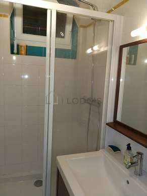 Agréable salle de bain avec fenêtres double vitrage