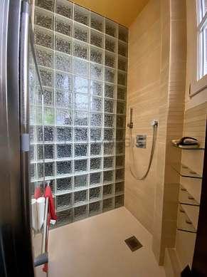 Agréable salle de bain très claire avec du parquetau sol