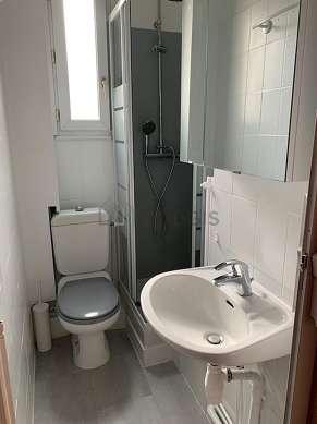 Agréable salle de bain très claire avec fenêtres double vitrage et du carrelageau sol