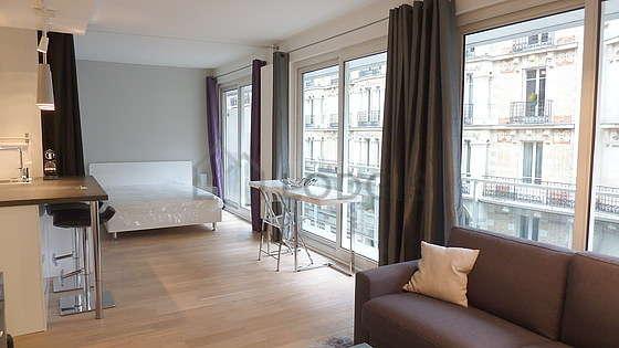 Salon très lumineux équipé de armoire, placard, 1 chaise(s)