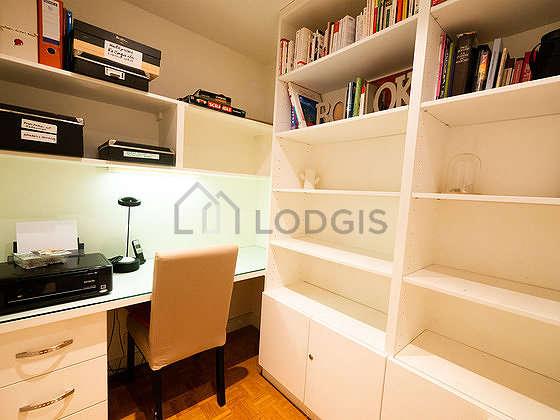 Bureau avec du parquetau sol, équipé de bureau, bibliothèque, 1 chaise(s)