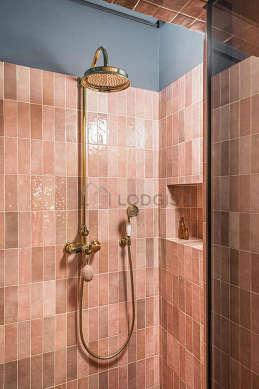 Agréable salle de bain très claire avec du bétonau sol