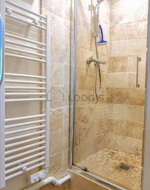 Belle salle de bain très claire avec du carrelageau sol