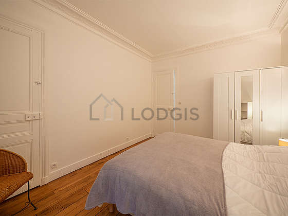 Bedroom equipped with closet, bedside table