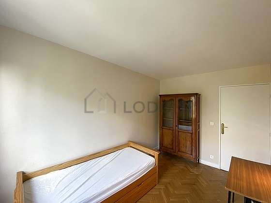 Very bright bedroom equipped with desk