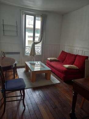 Séjour très calme équipé de canapé, penderie, placard, 1 chaise(s)