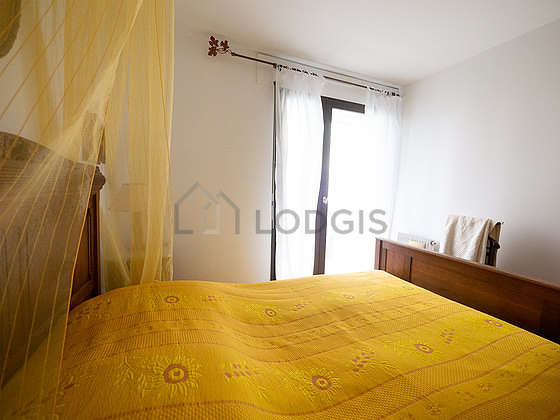 Very bright bedroom equipped with closet, bedside table