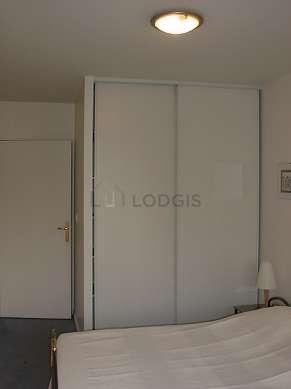 Chambre avec fenêtres et balcon