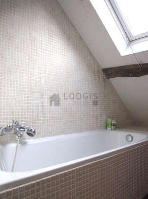 Belle salle de bain très claire avec fenêtres double vitrage et du carrelageau sol
