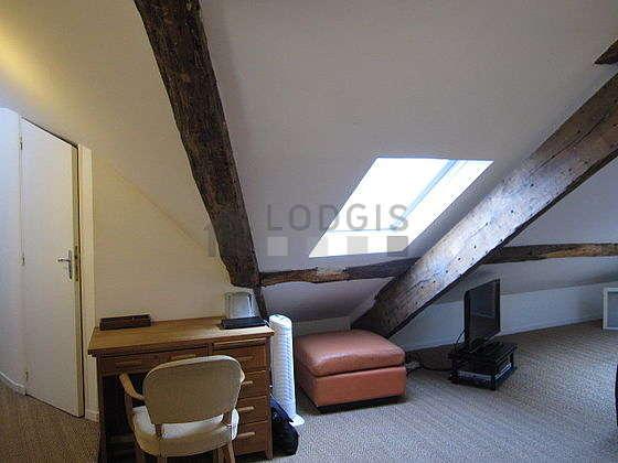 Salon lumineux équipé de 1 fauteuil(s)