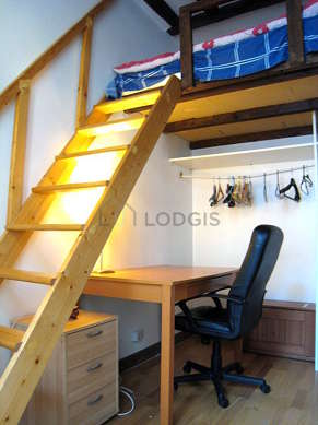 Very quiet bedroom for 2 persons equipped with 1 loft bed(s) of 140cm
