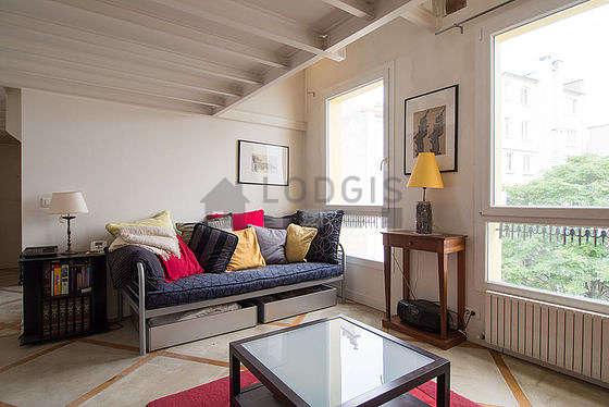 Séjour calme équipé de 1 lit(s) d'appoint de 90cm, télé, 2 fauteuil(s), 4 chaise(s)