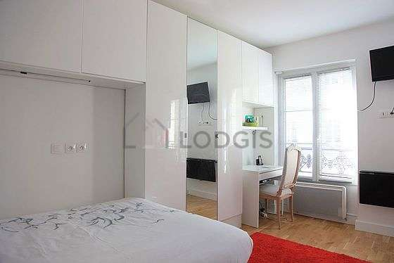Living room furnished with 1 bed(s) of 140cm, tv, hi-fi stereo, wardrobe