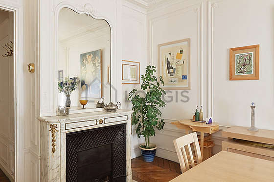Belle salle à manger avec du parquetau sol pouvant accueillir jusqu'à 6 convives