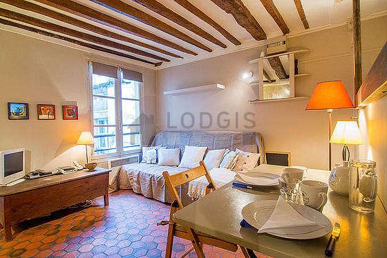 Living room of 16m² with floor tiles floor